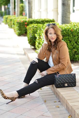 Как и с чем носить: светло-коричневая кожаная косуха, белая футболка с круглым вырезом, черные джинсы скинни, светло-коричневые замшевые туфли с леопардовым принтом