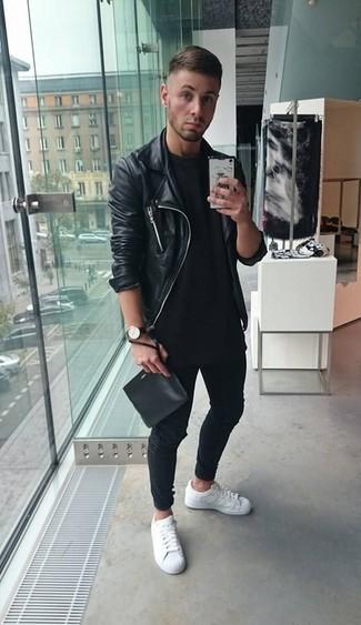 Если у тебя творческая профессия, обрати внимание на такое сочетание черной кожаной косухи и черных джинсов. В сочетании с этим образом прекрасно будут смотреться белые низкие кеды.