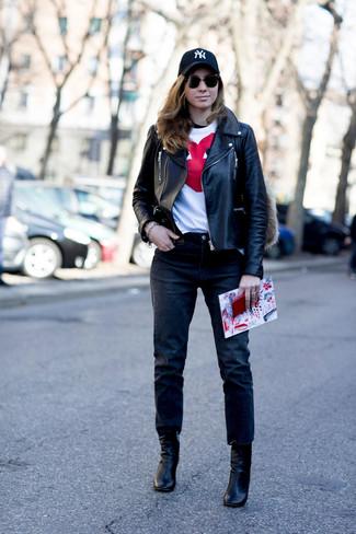 Как и с чем носить: черная кожаная косуха, бело-красная футболка с круглым вырезом с принтом, черные джинсы, черные кожаные ботильоны