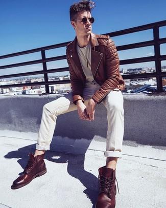 Как и с чем носить: коричневая кожаная косуха, бежевая футболка с круглым вырезом, бежевые джинсы, коричневые кожаные повседневные ботинки