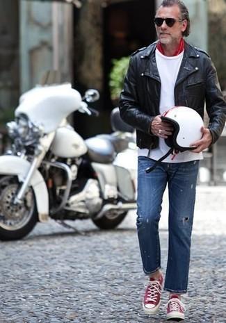Как и с чем носить: черная кожаная косуха, белая футболка с круглым вырезом, синие рваные джинсы, красно-белые низкие кеды