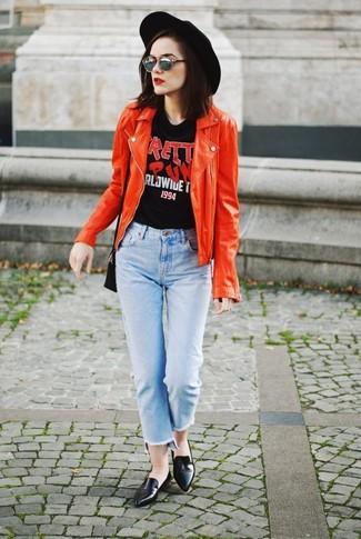 Как и с чем носить: красная кожаная косуха, черная футболка с круглым вырезом с принтом, голубые джинсы, черные кожаные лоферы
