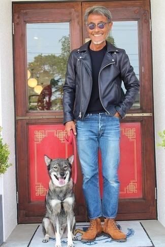 Как и с чем носить: черная кожаная косуха, черная футболка с круглым вырезом, синие джинсы, коричневые замшевые рабочие ботинки