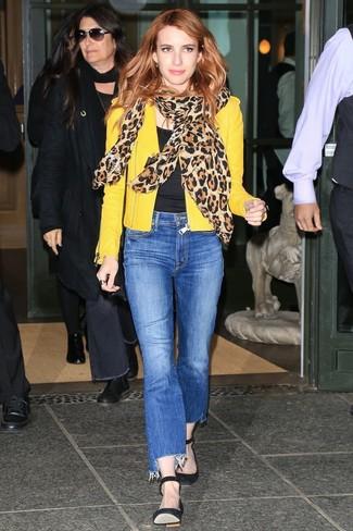 Как и с чем носить: желтая кожаная косуха, черная футболка с круглым вырезом, синие джинсы, черные замшевые туфли