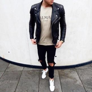 Светло-коричневая футболка с круглым вырезом с принтом: с чем носить и как сочетать мужчине: Если этот день тебе предстоит провести в движении, сочетание светло-коричневой футболки с круглым вырезом с принтом и черных рваных джинсов поможет составить удобный лук в повседневном стиле. Такой лук обретет свежее прочтение в сочетании с бело-черными кожаными низкими кедами.