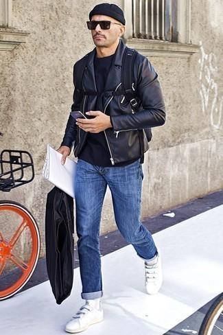 Черная кожаная косуха: с чем носить и как сочетать мужчине: Черная кожаная косуха и синие джинсы — великолепный вариант, если ты хочешь составить расслабленный, но в то же время стильный мужской лук. Белые кожаные низкие кеды неплохо дополнят этот лук.