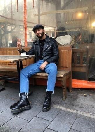 Мужские луки: Черная кожаная косуха и синие джинсы украсят твой гардероб. Ты сможешь легко адаптировать такой лук к повседневным реалиям, дополнив его черными кожаными рабочими ботинками.