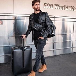 С чем носить черную футболку с круглым вырезом мужчине: Если ты любишь смотреться стильно, чувствуя себя при этом комфортно и уверенно, опробируй это сочетание черной футболки с круглым вырезом и темно-серых джинсов. Тебе нравятся незаурядные сочетания? Тогда дополни свой лук табачными кожаными рабочими ботинками.