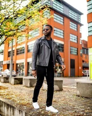 С чем носить белые низкие кеды из плотной ткани мужчине: Темно-серая кожаная косуха в паре с черными джинсами — хороший вариант для воплощения мужского лука в стиле элегантной повседневности. Пара белых низких кед из плотной ткани чудесно гармонирует с остальными вещами из лука.