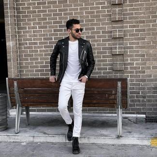 Мужские луки в прохладную погоду: Черная кожаная косуха и белые джинсы будут великолепно смотреться в стильном гардеробе самых требовательных мужчин. Элегантности и мужественности ансамблю добавит пара черных кожаных повседневных ботинок.