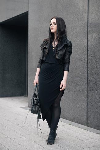 Темная юбка и черные колготки