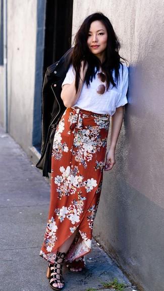 Как и с чем носить: черная кожаная косуха, белая футболка с круглым вырезом, оранжевая длинная юбка с цветочным принтом, черные замшевые босоножки на каблуке