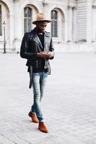 Как и с чем носить: черная кожаная косуха, черная футболка с круглым вырезом, голубые зауженные джинсы, табачные замшевые ботинки челси