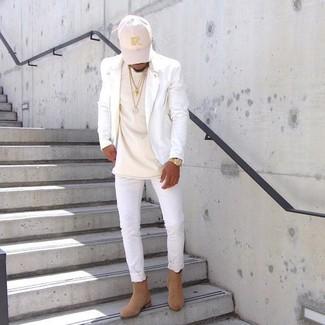 Как и с чем носить: белая кожаная косуха, бежевая футболка с круглым вырезом, белые зауженные джинсы, светло-коричневые замшевые ботинки челси