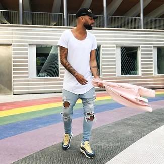 Как и с чем носить: розовая косуха, белая футболка с круглым вырезом, голубые рваные зауженные джинсы, желтые кожаные низкие кеды