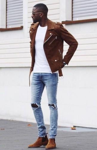 Как и с чем носить: коричневая замшевая косуха, белая футболка с круглым вырезом, голубые рваные зауженные джинсы, коричневые замшевые ботинки челси