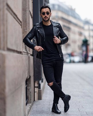 Как и с чем носить: черная кожаная косуха, черная футболка с круглым вырезом, черные рваные зауженные джинсы, черные кожаные ботинки челси