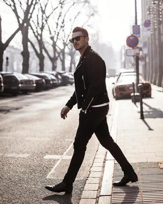 Как и с чем носить: черная замшевая косуха, белая футболка с круглым вырезом, черные зауженные джинсы, черные кожаные ботинки челси