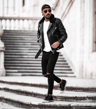 Как и с чем носить: черная кожаная косуха, белая футболка с круглым вырезом, черные рваные зауженные джинсы, черно-белые высокие кеды из плотной ткани