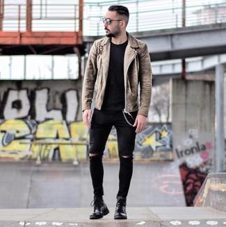 Как и с чем носить: коричневая замшевая косуха, черная футболка с круглым вырезом, черные рваные зауженные джинсы, черные кожаные повседневные ботинки