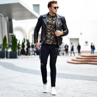 Как и с чем носить: черная кожаная косуха, оливковая футболка с круглым вырезом с камуфляжным принтом, черные рваные зауженные джинсы, белые кроссовки