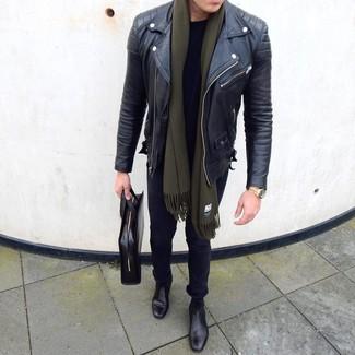 Как и с чем носить: черная кожаная косуха, черная футболка с круглым вырезом, черные зауженные джинсы, черные кожаные ботинки челси