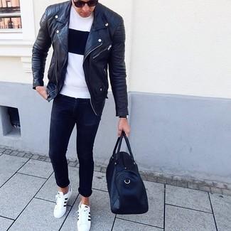 Как и с чем носить: черная кожаная косуха, бело-черная футболка с круглым вырезом, черные зауженные джинсы, бело-черные кожаные низкие кеды