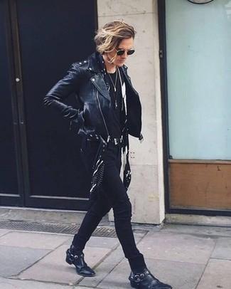 Как и с чем носить: черная кожаная косуха, черная футболка с круглым вырезом, черные зауженные джинсы, черные кожаные ковбойские сапоги