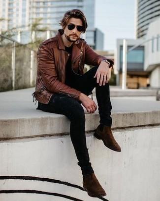 С чем носить темно-коричневые замшевые ботинки челси мужчине: Такое простое и комфортное сочетание базовых вещей, как коричневая кожаная косуха и черные рваные зауженные джинсы, нравится молодым людям, которые любят проводить дни в постоянном движении. Теперь почему бы не добавить в этот образ на каждый день толику изысканности с помощью темно-коричневых замшевых ботинок челси?