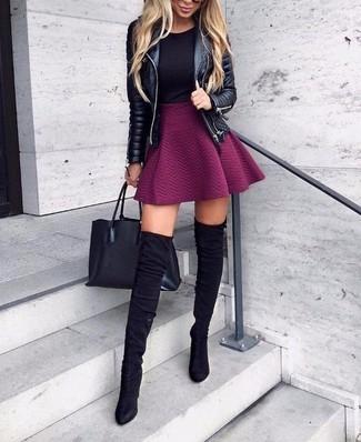 Как и с чем носить: черная кожаная стеганая косуха, черная футболка с круглым вырезом, пурпурная короткая юбка-солнце, черные замшевые ботфорты