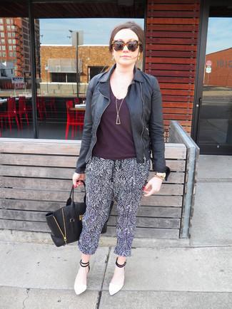 Как и с чем носить: черная кожаная косуха, темно-пурпурная футболка с круглым вырезом, черно-белые пижамные штаны, бело-черные кожаные туфли