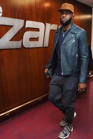 Как и с чем носить: темно-синяя кожаная косуха, темно-синяя футболка с круглым вырезом, темно-серые шерстяные спортивные штаны, серые слипоны из плотной ткани