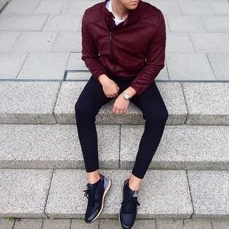 Как и с чем носить: темно-красная замшевая косуха, белая футболка с круглым вырезом, черные спортивные штаны, черные кожаные низкие кеды
