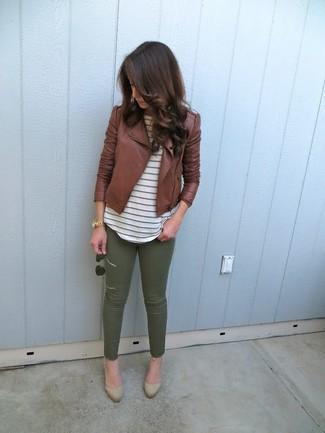 Как и с чем носить: коричневая кожаная косуха, белая футболка с круглым вырезом в горизонтальную полоску, оливковые узкие брюки, светло-коричневые замшевые туфли