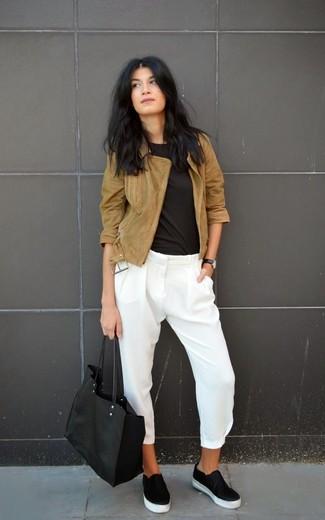 Как и с чем носить: коричневая замшевая косуха, черная футболка с круглым вырезом, белые шелковые узкие брюки, черные кожаные слипоны