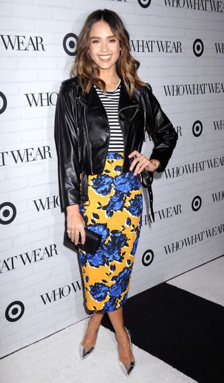 Как Jessica Alba носит Черная кожаная косуха, Бело-черная футболка с круглым вырезом в горизонтальную полоску, Желтая юбка-карандаш с цветочным принтом, Серебряные кожаные туфли