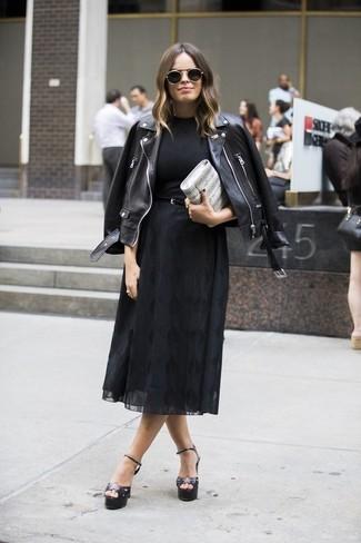 Как и с чем носить: черная кожаная косуха, черная футболка с круглым вырезом, черная шифоновая юбка-миди, черные кожаные босоножки на каблуке