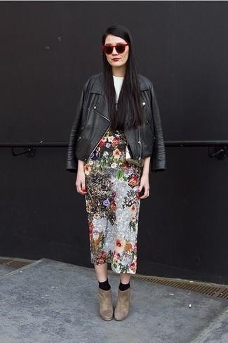 Как и с чем носить: черная кожаная косуха, бело-черная футболка с круглым вырезом с принтом, разноцветная юбка-миди с цветочным принтом, коричневые замшевые ботильоны