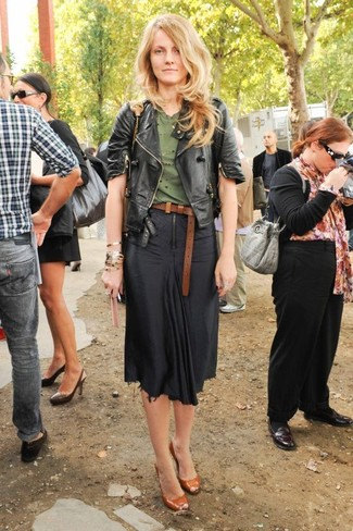 Как и с чем носить: черная кожаная косуха, оливковая футболка с круглым вырезом, черная юбка-миди, табачные кожаные туфли с вырезом