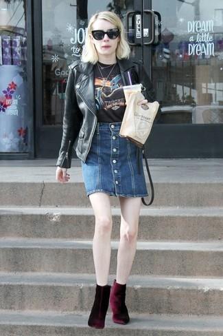 Как и с чем носить: черная кожаная косуха, черная футболка с круглым вырезом с принтом, темно-синяя джинсовая юбка на пуговицах, темно-красные бархатные ботильоны