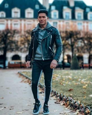Мужские луки: Знакомые по достоинству оценят твой стиль, когда увидят тебя в черной кожаной косухе и черно-белых брюках чинос. Вместе с этим луком органично выглядят черно-белые кожаные низкие кеды.