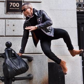 С чем носить черный худи мужчине: Тандем черного худи и черных джинсов — хороший пример современного стиля в большом городе. Почему бы не добавить в повседневный ансамбль чуточку стильной строгости с помощью коричневых замшевых ботинок челси?