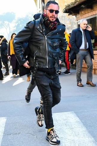 Как и с чем носить: черная кожаная косуха, черный худи, черные зауженные джинсы, черно-белые кроссовки