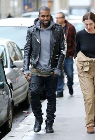 Как Kanye West носит Черная кожаная косуха, Серый худи, Оливковая футболка с круглым вырезом с камуфляжным принтом, Черные джинсы