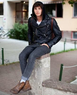 Как и с чем носить: черная кожаная косуха, черный худи, белая футболка с круглым вырезом, темно-серые джинсы