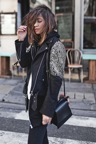 Как и с чем носить: черная кожаная косуха с украшением, черный худи, белая футболка с круглым вырезом, черные джинсы скинни