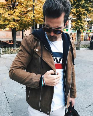 Как и с чем носить: коричневая замшевая косуха, черный худи, белая футболка с круглым вырезом с принтом, серые брюки чинос