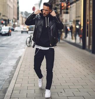 Как и с чем носить: черная кожаная косуха, черный худи, белая футболка с круглым вырезом, черные зауженные джинсы
