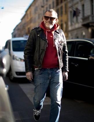 Темно-красные солнцезащитные очки: с чем носить и как сочетать мужчине: Стильное сочетание черной кожаной косухи и темно-красных солнцезащитных очков подходит для тех случаев, когда комфорт превыше всего. Не прочь привнести сюда нотку строгости? Тогда в качестве дополнения к этому луку, выбирай черно-белые низкие кеды из плотной ткани.