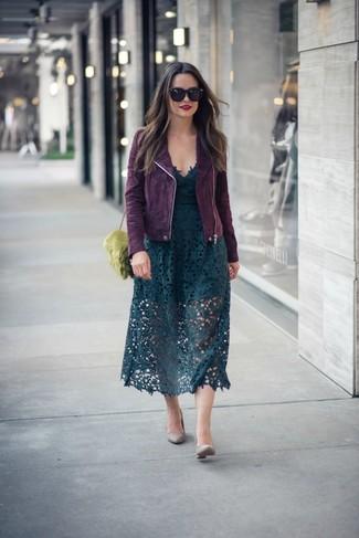 Как и с чем носить: темно-пурпурная замшевая косуха, темно-зеленая кружевная юбка-миди, серые кожаные туфли, оливковая меховая сумка через плечо